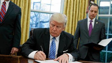 Donald Trump podpisuje dekret o wycofaniu USA z Transpacyficznej Umowy o Wolnym Handlu