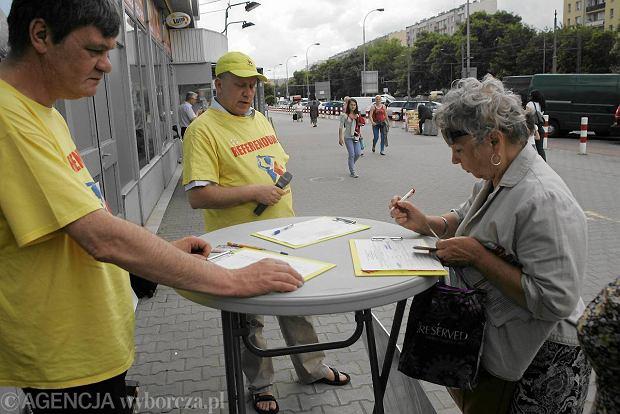 Zbi�rka podpis�w za referendum odwo�uj�cym Hann� Gronkiewicz-Waltz