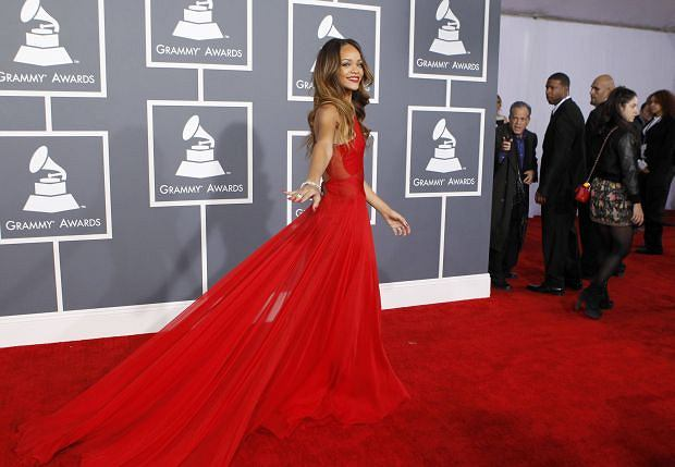 Singer Rihanna poses as she arrives at the 55th annual Grammy Awards in Los Angeles, California February 10, 2013.  REUTERS/Mario Anzuoni (UNITED STATES  - Tags: ENTERTAINMENT) (GRAMMYS-ARRIVALS)