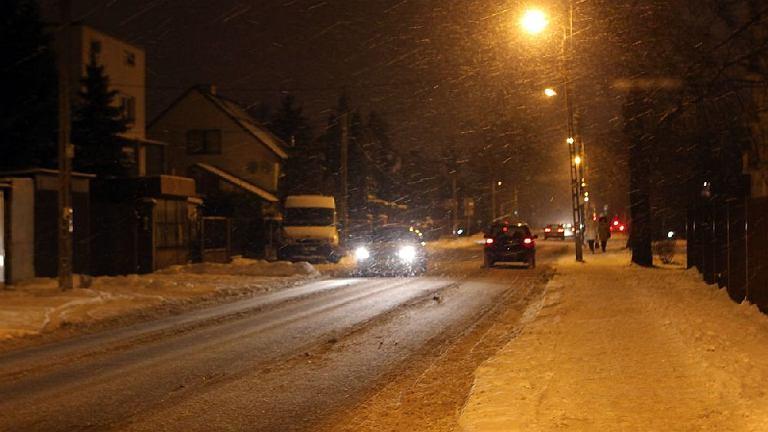 Padający śnieg i mróz utrudniają jazdę po stołecznych drogach