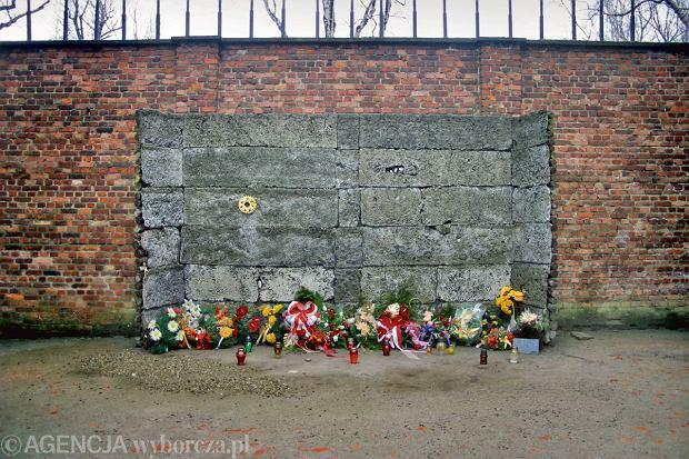 Ściana straceń na dziedzińcu bloku nr 11. Rozstrzelano tu kilka tysięcy więźniów, wśród nich ppłk. pilota Teofila Dziamę, członka Związku Konspiracji Wojskowej założonej w Auschwitz przez Witolda Pileckiego. Zażądał, żeby strzelano mu prosto w twarz, a nie w tył głowy. I tak właśnie zginął 11 października 1943 r.