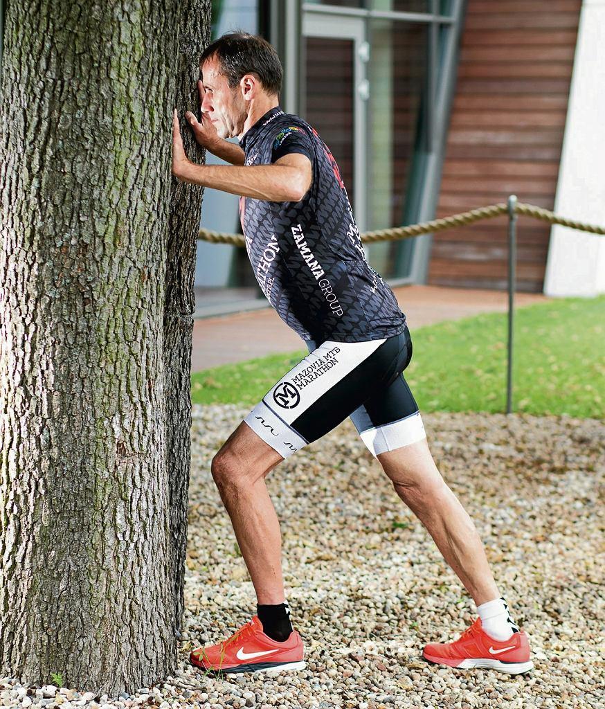 1. Rozciąganie ramion. Znajdź dwa drzewa blisko siebie, prawą nogę postaw przed lewą. Oprzyj dłonie na drzewach i pochyl się, wypychając klatkę piersiową do przodu. Zmień nogi