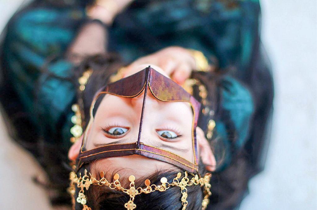 Dziewczynka w beduińskiej masce na twarz (fot. Aleksandra Chrobak)