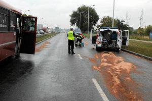 Wypadek busa i karetki na ul. Krakowskiej. Trzynastu rannych, ratownik i pacjentka ci�ko [ZDJ�CIA]