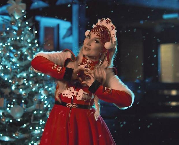 """Coca-Cola zaprezentowała dziś teledysk do swojego świątecznego przeboju """"Coraz Bliżej Święta"""". W tym roku za wykonanie hitu odpowiedzialna jest Cleo."""