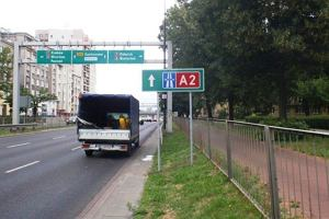 Montuj� drogowskazy do A2. Niekt�re wprowadzaj� w b��d