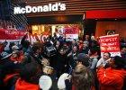 """Czego si� boi McDonald's? Wzrostu p�ac. Raport firmy na ten rok nie pozostawia z�udze�. Ekspert: """"Jestem zszokowana"""""""