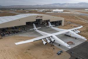 Stratolaunch - największy samolot świata - wyjechał z hangaru. Miliarder Paul Allen wyśle w kosmos satelity