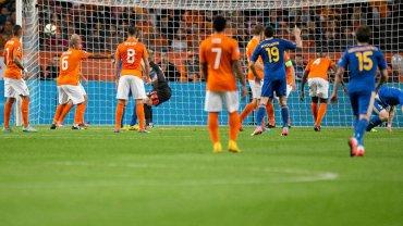 Holandia pod �cian�, arcywa�ny mecz. Graj� tak�e W�osi, Belgowie - multirelacja