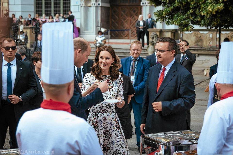 Zdjęcie numer 15 w galerii - Para książęca spotkała się z Wałęsą. Przywitały ją też transparenty o demokracji w Polsce
