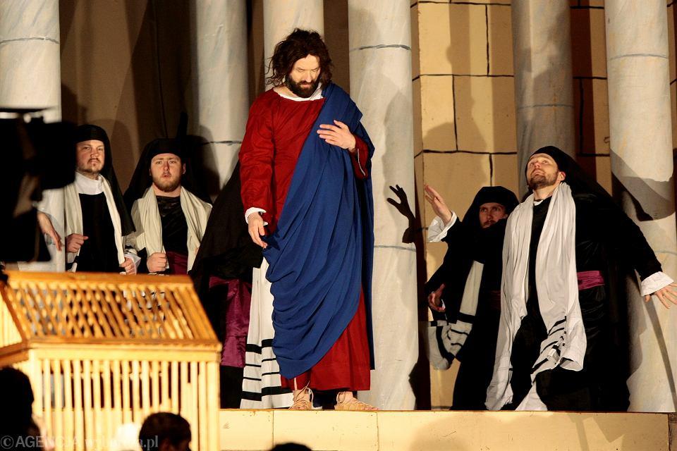 Misterium Męki Pańskiej na poznańskiej Cytadeli, 27 marca 2010 r. Występuje w nim 300 aktorów amatorów, 100 osób pracuje przy organizacji, 300 harcerzy oświetla pochodniami drogę krzyżową,  300-osobowy chór wraz z orkiestrą symfoniczną nagrał ścieżkę muzyczną