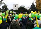 Kilkana�cie tysi�cy dzia�kowc�w manifestuje w Warszawie