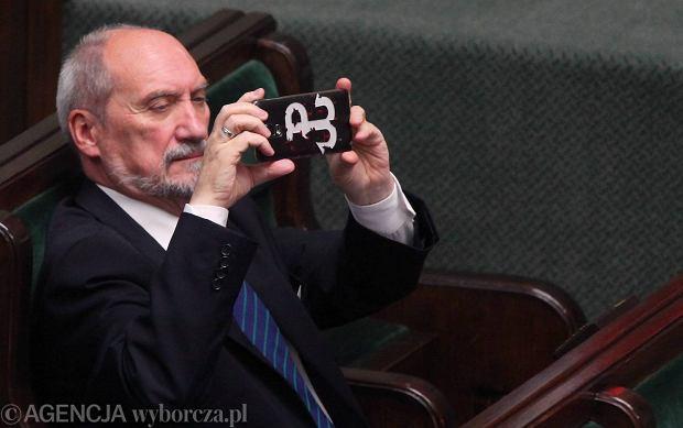 Minister obrony w rządzie PiS Antoni Macierewicz w sejmowych ławach, 20.10.2016