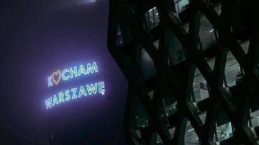 """Neon """"Kocham Warszawę"""" na biurowcu Warsaw Spire"""