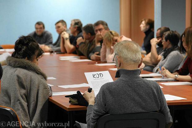 http://bi.gazeta.pl/im/0c/5e/12/z19261964Q,Spotkanie-informacyjne-Komitetu-Obrony-Demokracji.jpg
