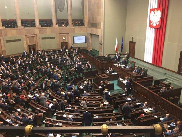Gor�cy dzie� w polskiej polityce. Kontrowersyjne projekty PiS nadal [CZWARTEK W POLITYCE]