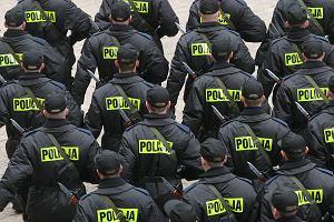 Policjanci schodz� na z�� drog�. Z g�upoty i chciwo�ci