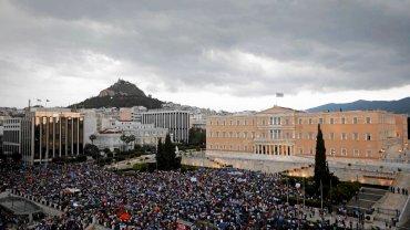 O p�nocy Grecja b�dzie bankrutem. Na ulicach Aten tysi�ce ludzi demonstruj� za porozumieniem z UE