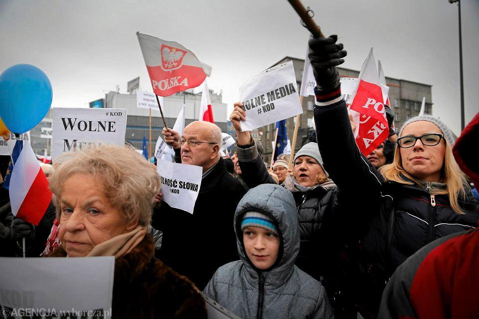 Zdjęcie numer 10 w galerii - Manifestacja KOD w Katowicach. Na rynku zrobiło się biało-czerwono [ZDJĘCIA]