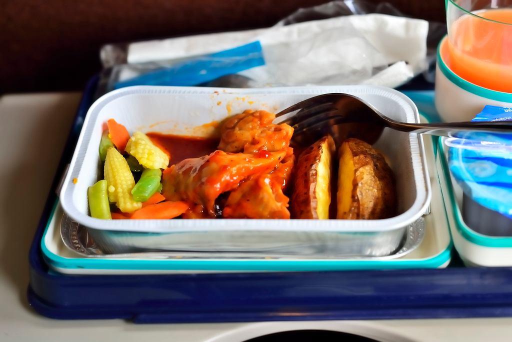 Aby uniknąć zatrucia, piloci powinni jeść różne posiłki