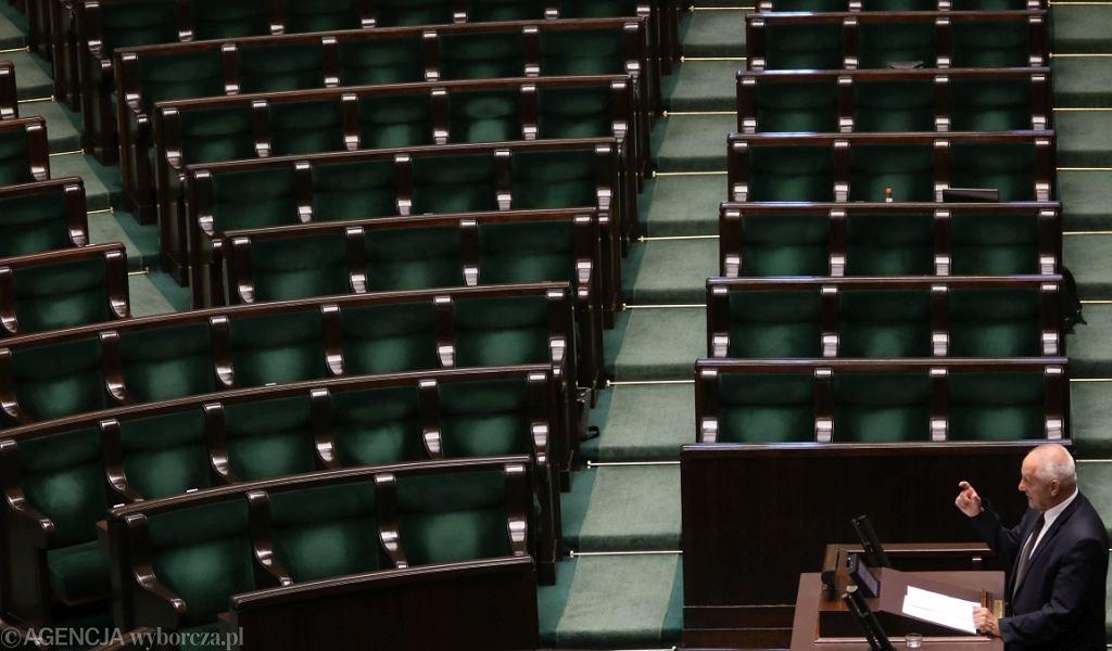 Stefan Niesiołowski zgłasza wniosek o odwołanie szefa MON Antoniego Macierewicza. Posłowie PiS wyszli z sali (fot. Sławomir Kamiński/AG)