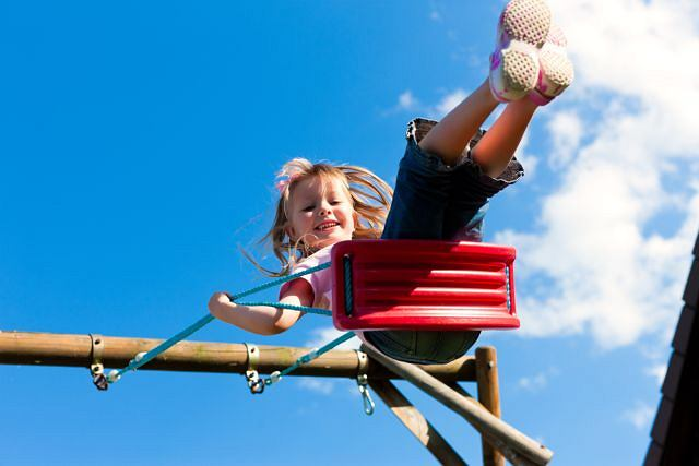 Place zabaw to wymarzone miejsce do spędzania czasu z dziećmi latem. Ale warto sprawdzać czy zjeżdzalne i i huśtawki nie są zbyt rozgrzane.