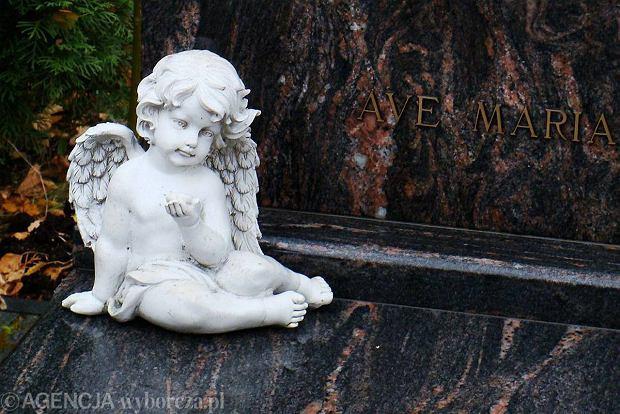 Alabaster, brokat i trójwymiarowy Jezus, czyli trendy na cmentarzu