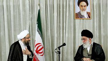 Ajatollah Sadeq Larijani (po lewej) w towarzystwie ajatollaha Alego Chamenei, na ścianie wisi portret ajatollaha Ruhollaha Homeiniego.