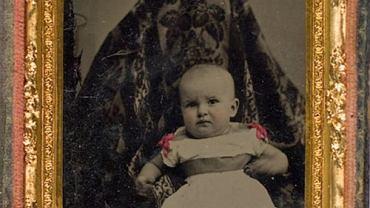 Wyglądają jak duchy, nazywane są 'upiornymi matkami'. Niesamowite zdjęcia z przełomu XIX i XX wieku