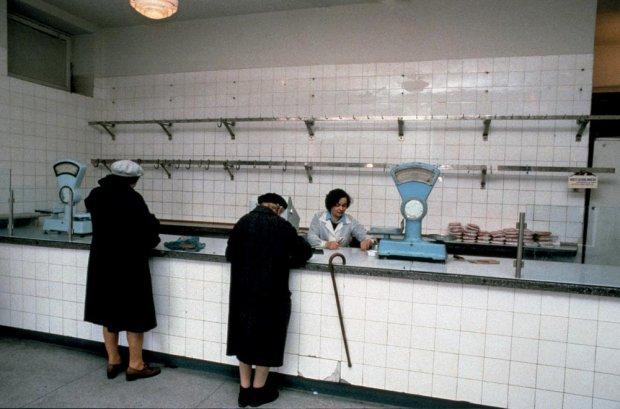 Warszawa. Sklep mięsny, lata 80-te (fot. Chris Niedenthal)