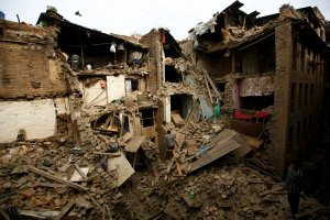 """Trz�sienie ziemi w Nepalu. """"Same ruiny, jakby zrzucili tu bomb�"""", """"widzieli�my, jak ca�e zbocze g�ry..."""" [REPORTA�]"""