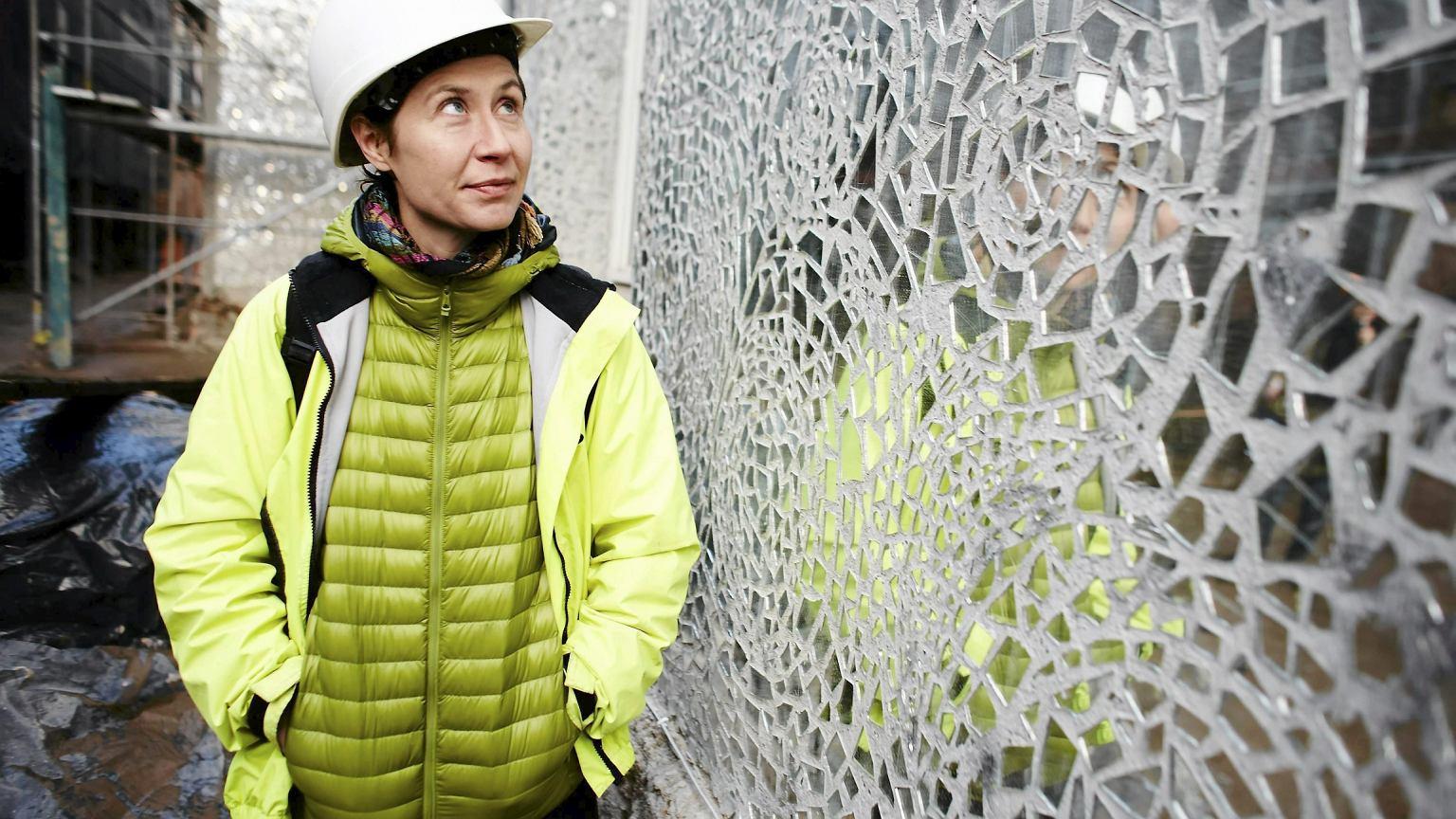 Joanna Rajkowska w czasie prac przy budowie ''Pasażu Róży''