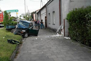 Pijany i bez prawa jazdy rozbił się na budynku [ZDJĘCIA]