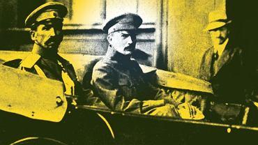 1917. Borys Sawinkow (w środku) w powozie z generałem Ławrem Korniłowem (z lewej), który po rewolucji lutowej został rosyjskim głównodowodzącym. Później był współtwórcą i pierwszym dowódcą walczącej z bolszewikami Armii Ochotniczej. Zdjęcie z 1917 r.