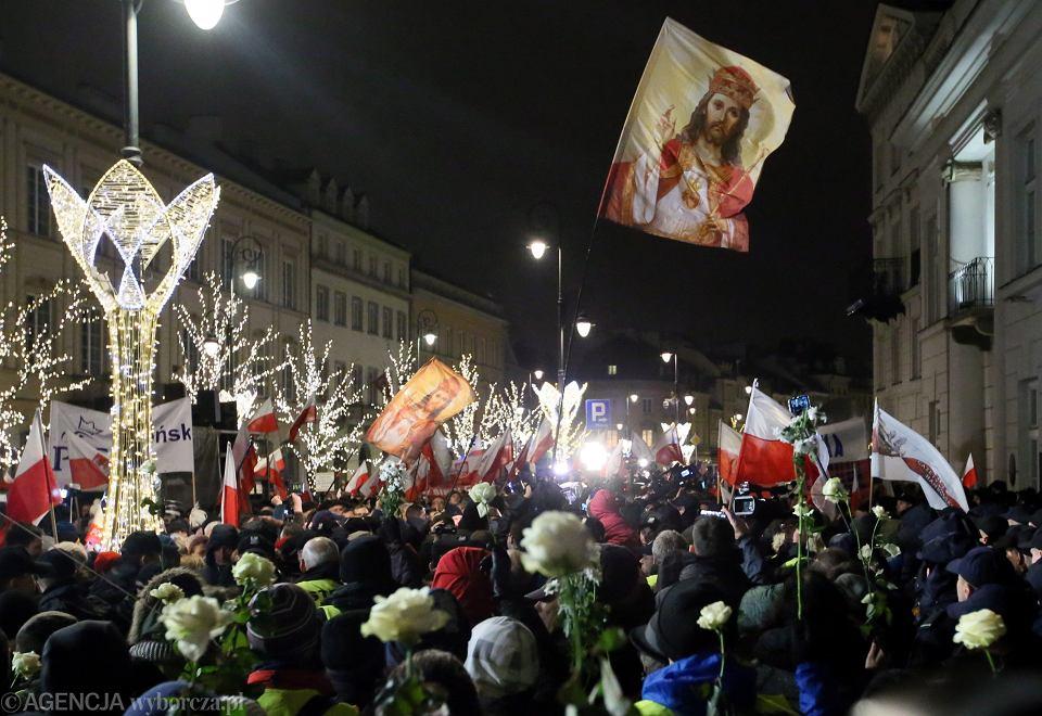 80. miesięcznica smoleńska. Obywatele RP, policyjny fortel i zwolennicy PiS na Krakowskim Przedmieściu przed Pałacem Prezydenckim. Łączył ich tylko hymn