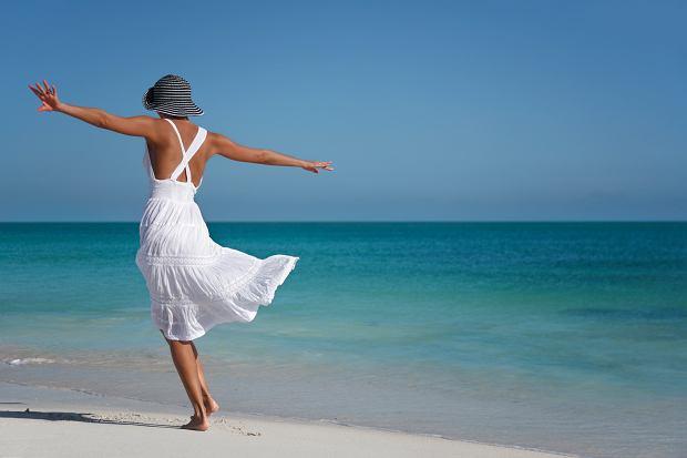 Białe sukienki - doskonałe na letnie upały