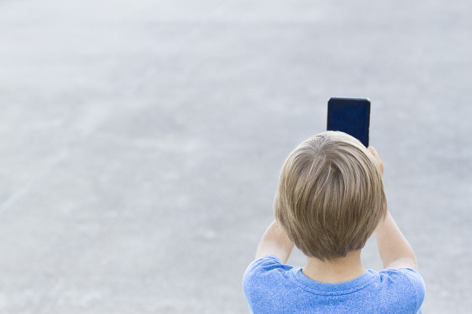 Dziecko z telefonem.
