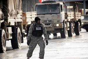 Wypadek amerykańskich żołnierzy. Ciężarówka w rowie, pociski do czołgów rozsypały się na drogę