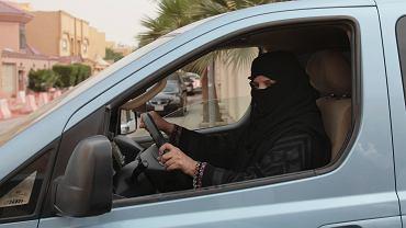 29.03.2014 , Rijad , Arabia Saudyjska . Kobieta za kierownicą samochodu - to element kampanii mającej na celu zdjąć zakaz prowadzenia samochodu przez kobiety .