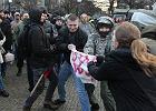 Bójka o transparenty podczas antyrasistowskiej pikiety. Narodowcy wysiedli z tramwaju