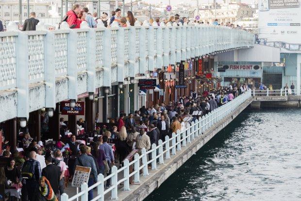 Prowadzący na Złoty Róg most Galata jest pełen modnych pubów i restauracji, co czyni go jednym z miejsc najchętniej odwiedzanych przez turystów, fot. EvrenKalinbacak / shutterstock.com