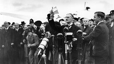 Premier Wielkiej Brytanii Neville Chamberlain wymachuje kartką z podpisanym z Hitlerem układem.