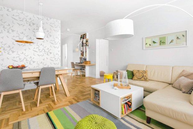 Całe mieszkanie jest utrzymane w jasnych neutralnych barwach: bielach, szarościach, beżach. W pokoju dziennym tę spokojną kolorystykę ożywiają akcenty zieleni oraz mocnej żółci.