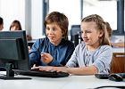 Tylko 5 proc. szkół ma szybki internet, a Polacy nawet z korzystaniem z Wikipedii mają problemy