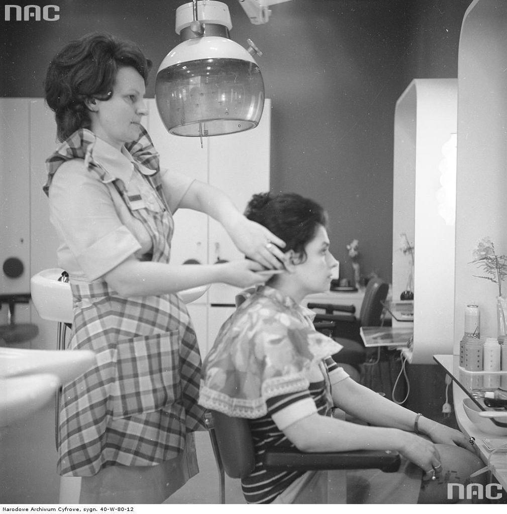 Salon fryzjerski, 1974 rok (fot. Grażyna Rutkowska / Narodowe Archiwum Cyfrowe)