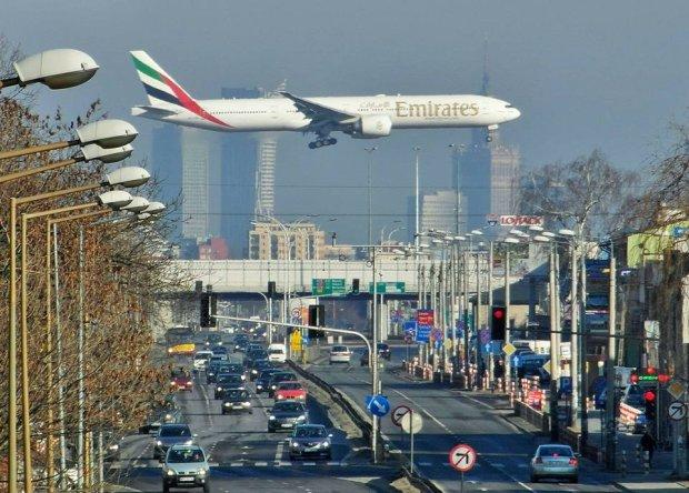 Potężny Boeing 777 Emirates nad Aleją Krakowską w Warszawie. Widok zapiera dech [ZDJĘCIE]
