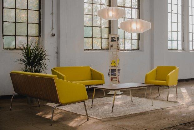 Seria Fin, projekt Tomasz Augustyniak, producent Marbet Style. Jej ponadczasowy design oparto na prostych liniach, harmonijnych kształtach i starannie wykonanych detalach.  Zastosowano naturalne materiały: wełnę na siedziskach oraz sklejkę w naturalnych kolorach drewna - dębu, orzecha i brzozy. Sofy i fotele Fin dostępne są w wersji z podłokietnikami lub bez nich.
