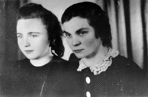 Władysława Kożusznik (1905-76) i Helena Płotnicka (1902-44) na zdjęciu wykonanym podczas okupacji