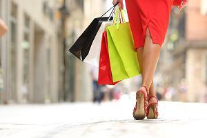 Buty na lato, które optycznie wyszczuplą twoje nogi [Moda plus size]