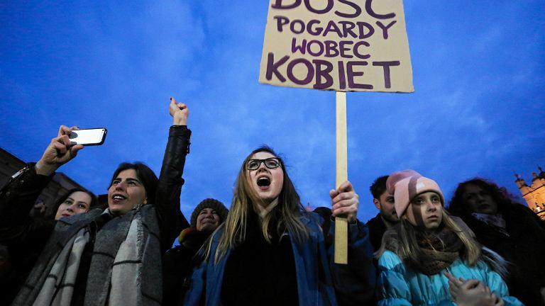 Czarny protest na Rynku w Krakowie